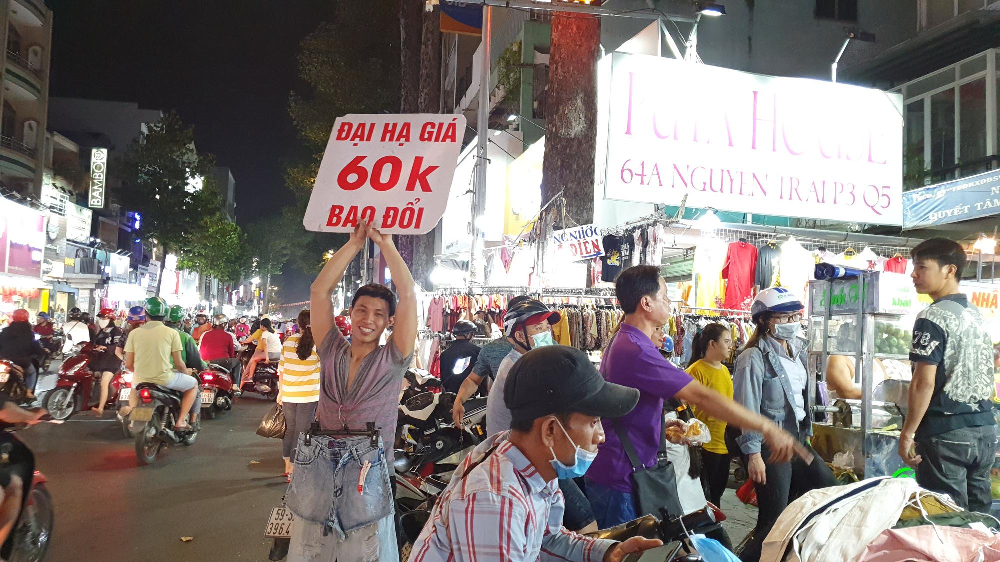 Người dân TP HCM bỏ mặc các shop, chuộng sắm đồ vỉa hè đón Tết - Ảnh 15.