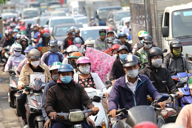 Giao thông khu vực sân bay Tân Sơn Nhất kẹt xe từ sáng tới khuya - Ảnh 6.