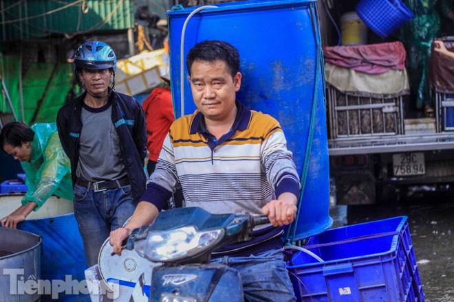 Chợ cá lớn nhất Hà Nội tất bật trước ngày ông Công ông Táo - Ảnh 7.