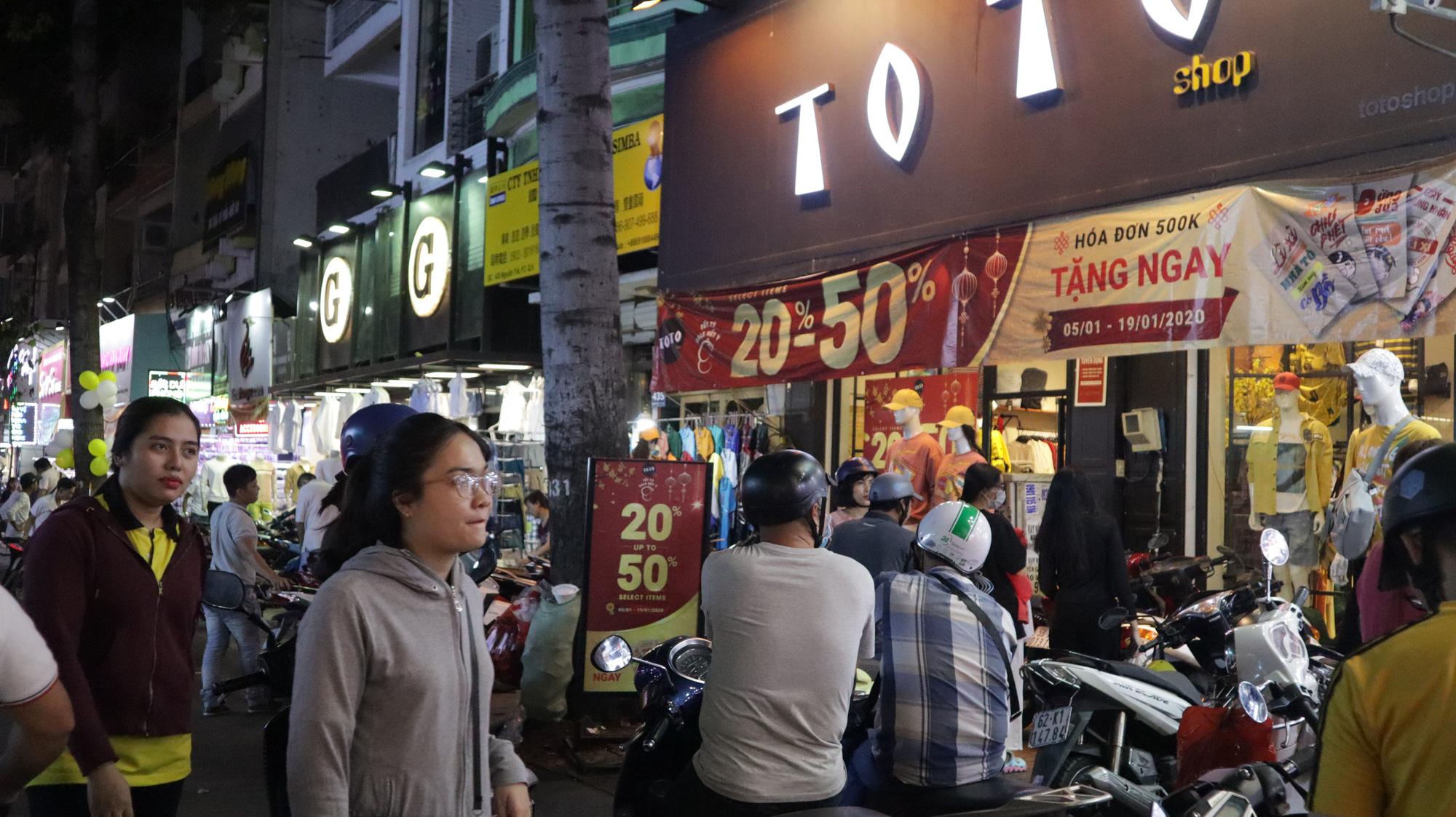 Người dân TP HCM bỏ mặc các shop, chuộng sắm đồ vỉa hè đón Tết - Ảnh 9.