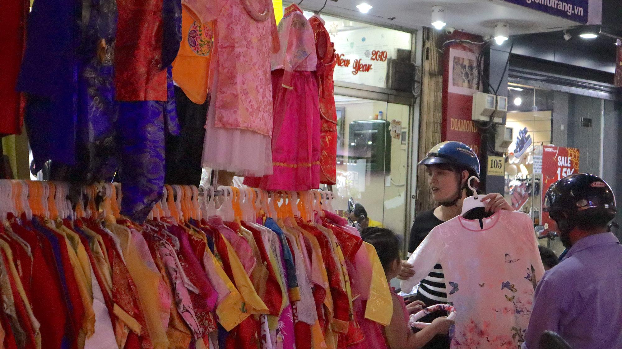 Người dân TP HCM bỏ mặc các shop, chuộng sắm đồ vỉa hè đón Tết - Ảnh 1.