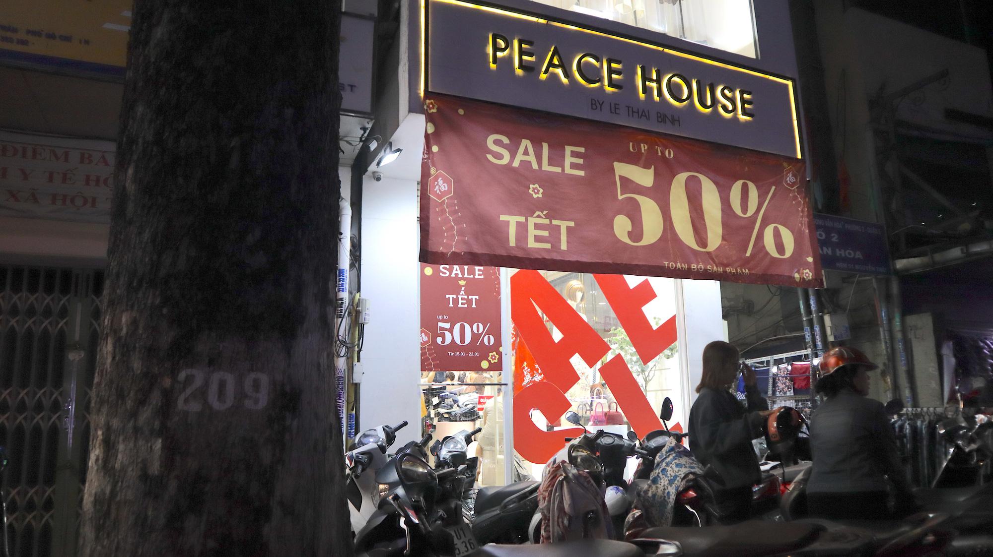 Bỏ qua các shop xịn, nhiều người Sài Gòn ra vỉa hè sắm đồ đón Tết - Ảnh 9.