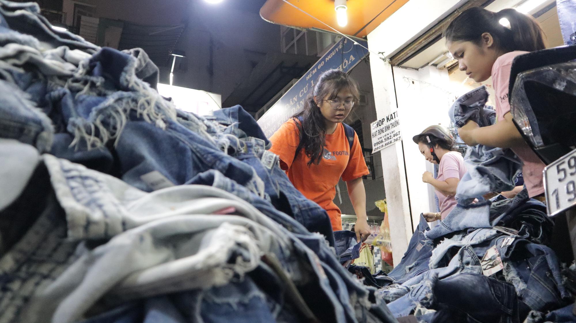 Người dân TP HCM bỏ mặc các shop, chuộng sắm đồ vỉa hè đón Tết - Ảnh 10.