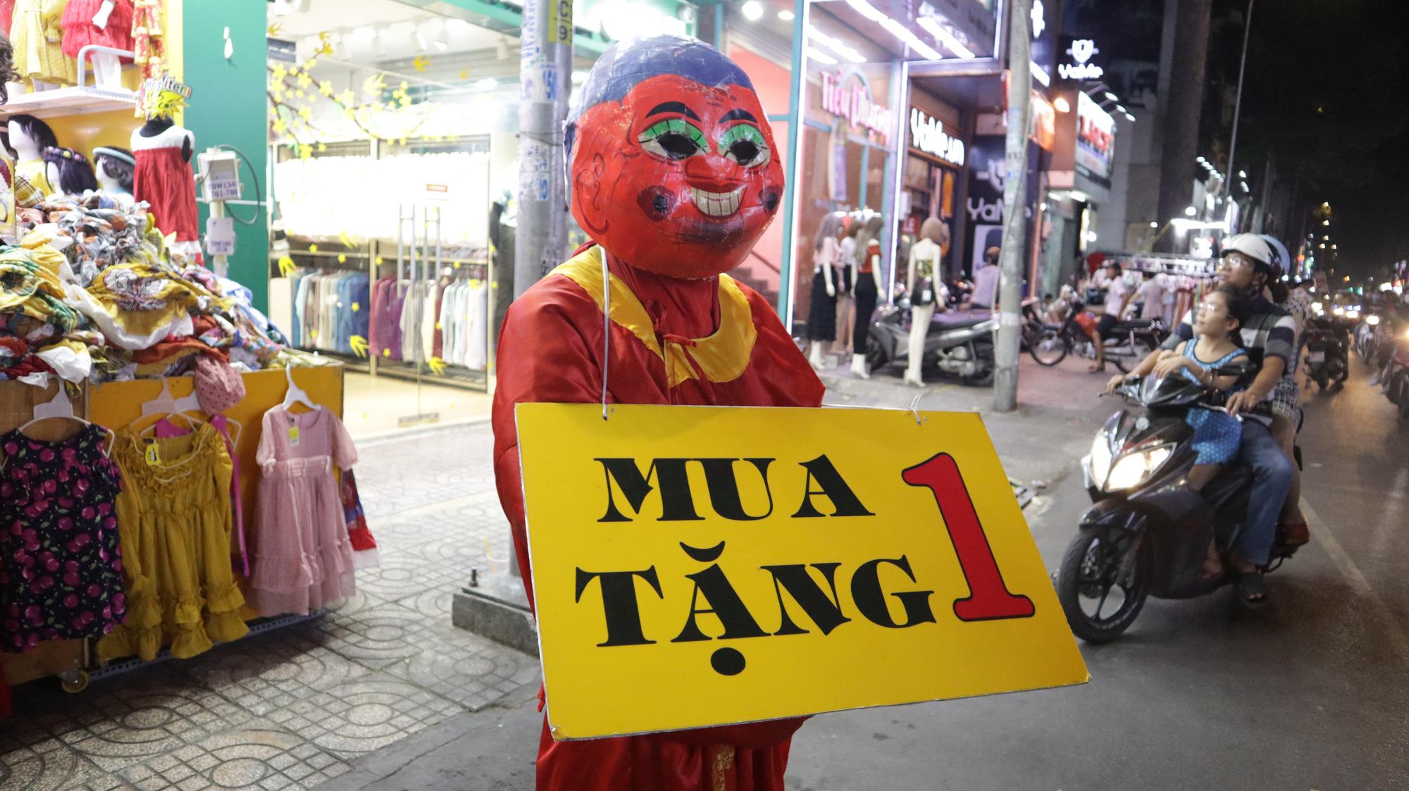 Người dân TP HCM bỏ mặc các shop, chuộng sắm đồ vỉa hè đón Tết - Ảnh 18.