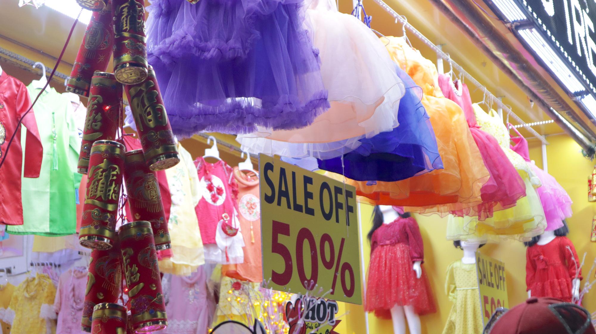Người dân TP HCM bỏ mặc các shop, chuộng sắm đồ vỉa hè đón Tết - Ảnh 17.