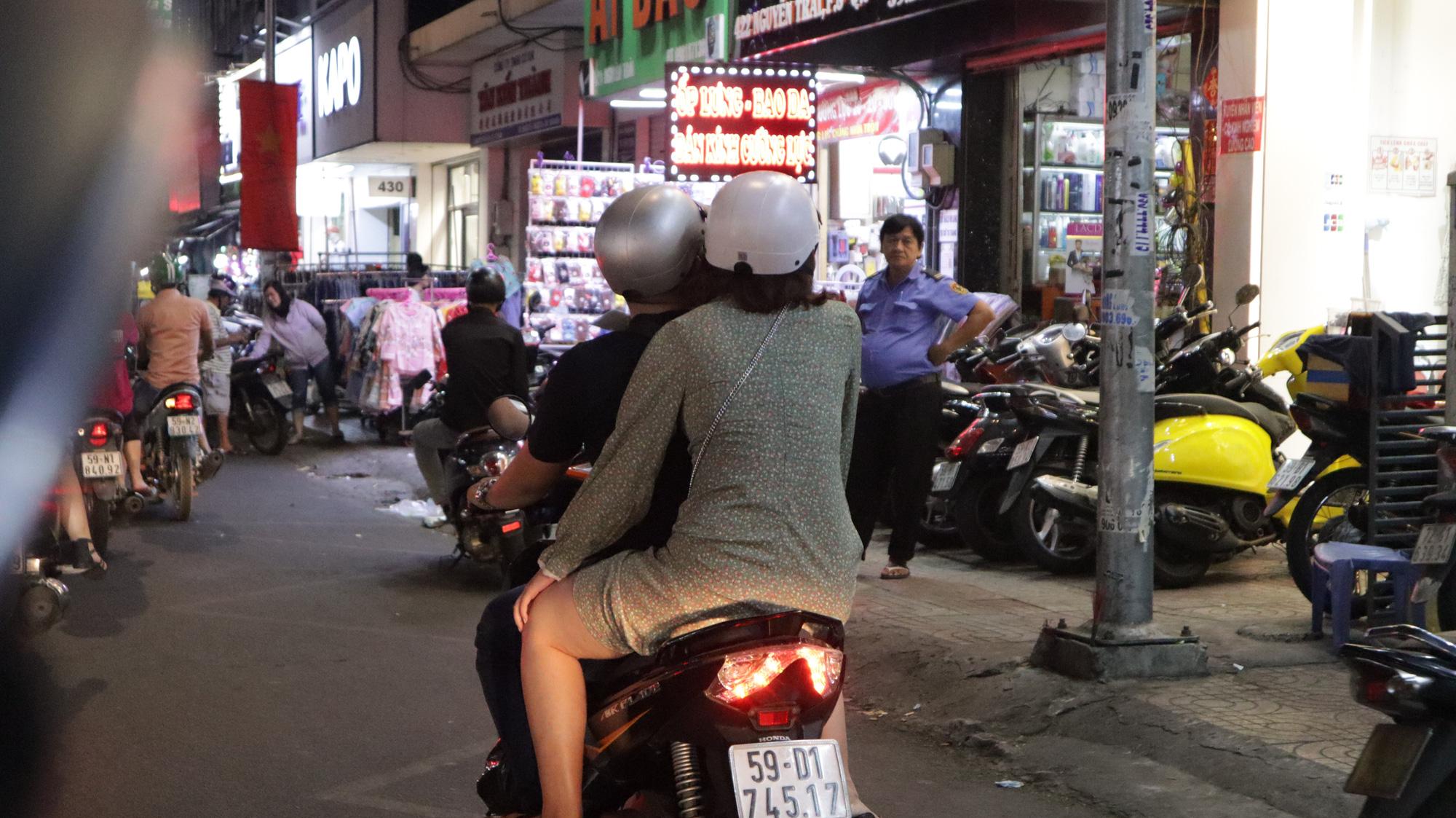 Người dân TP HCM bỏ mặc các shop, chuộng sắm đồ vỉa hè đón Tết - Ảnh 6.