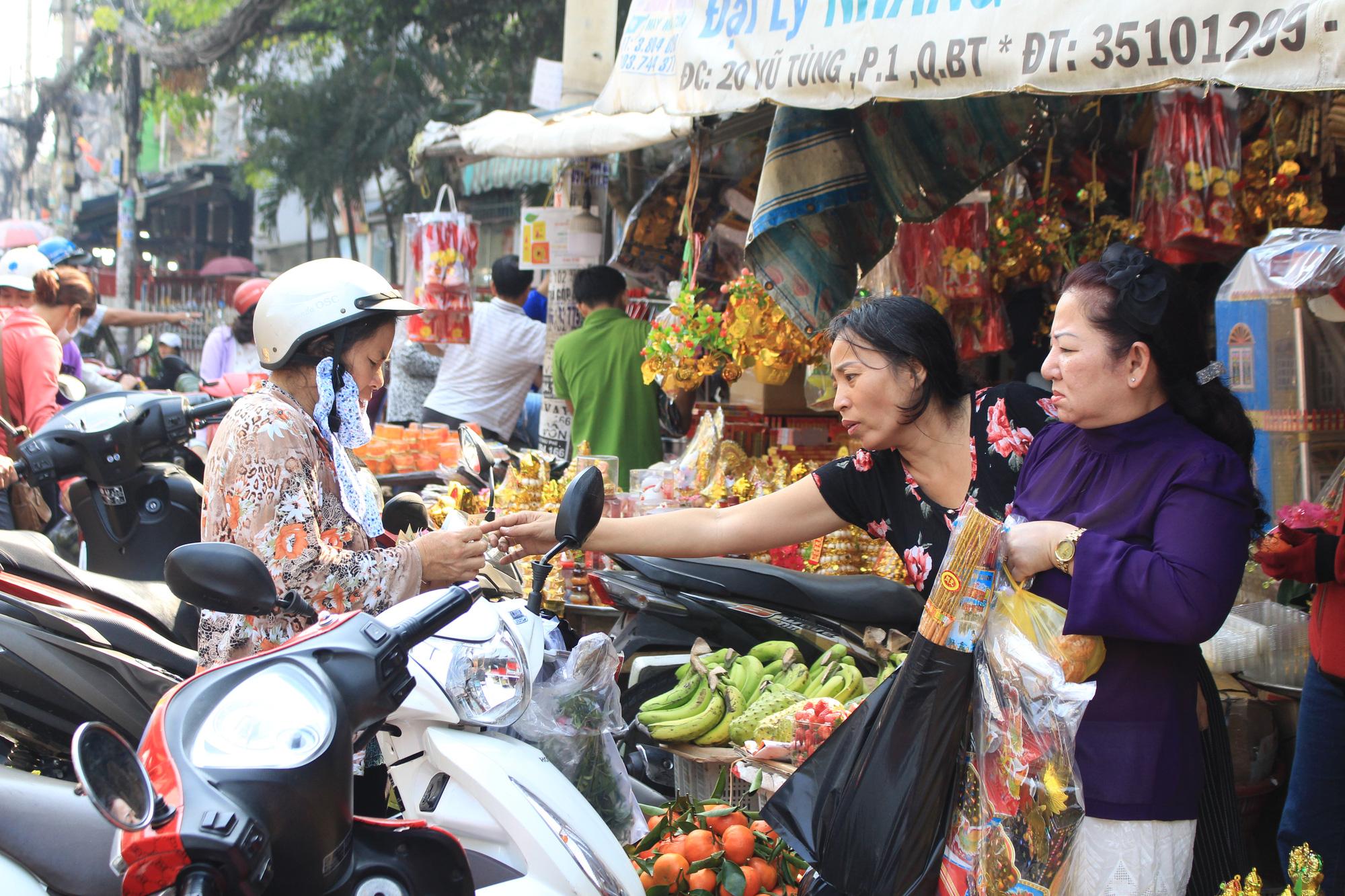 Người Sài Gòn tranh thủ sắm đồ cúng ông Công, ông Táo: Vàng mã hốt bạc, cá chép đìu hiu - Ảnh 3.
