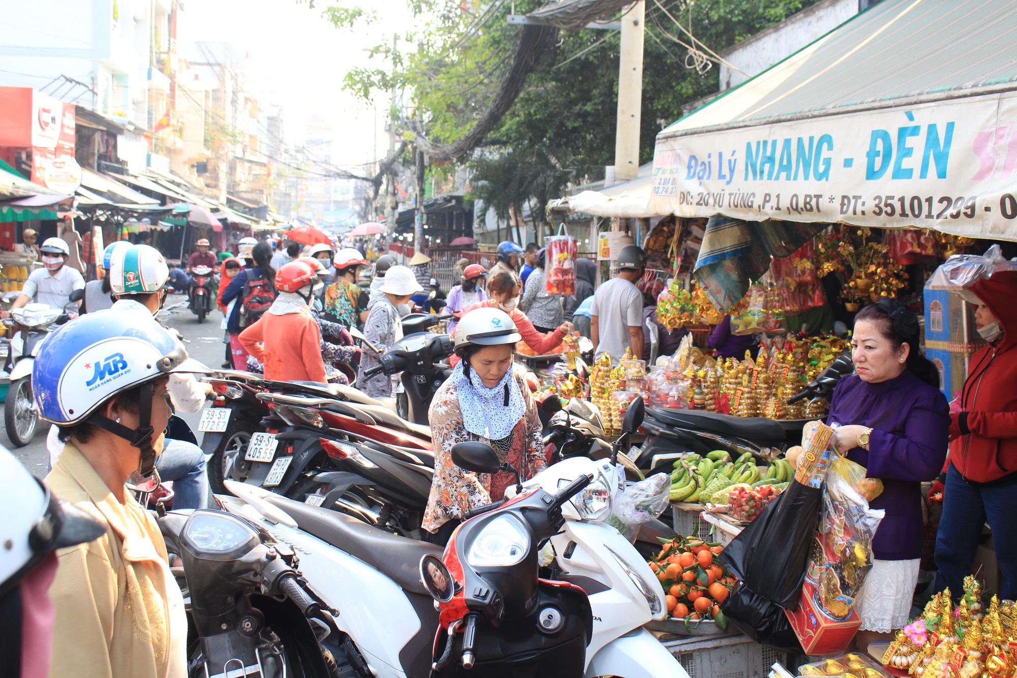 Người Sài Gòn tranh thủ sắm đồ cúng ông Công, ông Táo: Vàng mã hốt bạc, cá chép đìu hiu - Ảnh 2.