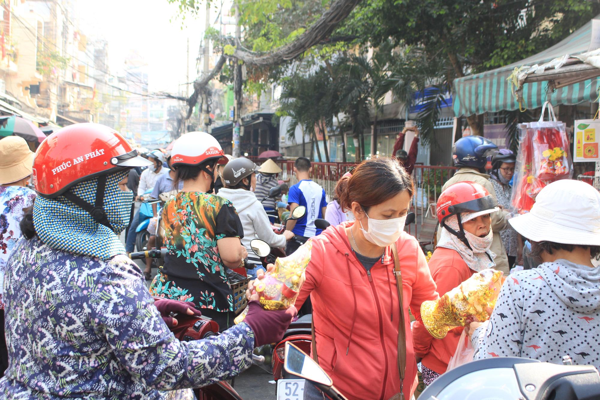 Người Sài Gòn tranh thủ sắm đồ cúng ông Công, ông Táo: Vàng mã hốt bạc, cá chép đìu hiu - Ảnh 10.