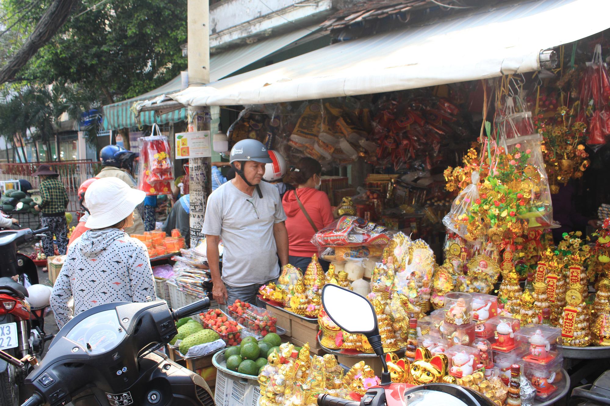 Người Sài Gòn tranh thủ sắm đồ cúng ông Công, ông Táo: Vàng mã hốt bạc, cá chép đìu hiu - Ảnh 1.