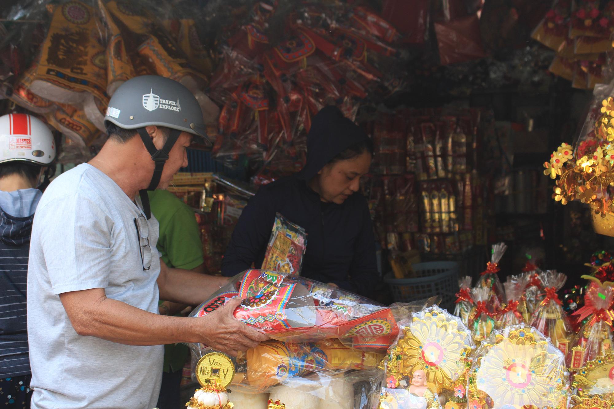 Người Sài Gòn tranh thủ sắm đồ cúng ông Công, ông Táo: Vàng mã hốt bạc, cá chép đìu hiu - Ảnh 5.