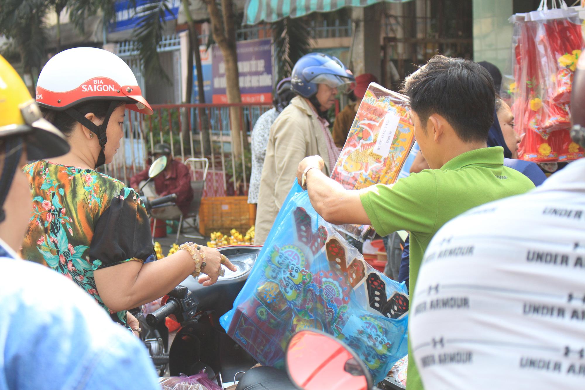 Người Sài Gòn tranh thủ sắm đồ cúng ông Công, ông Táo: Vàng mã hốt bạc, cá chép đìu hiu - Ảnh 4.