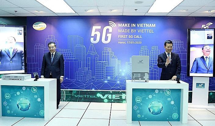 Hai bộ trưởng gọi thử 5G trên thiết bị 'made in Vietnam' - Ảnh 1.
