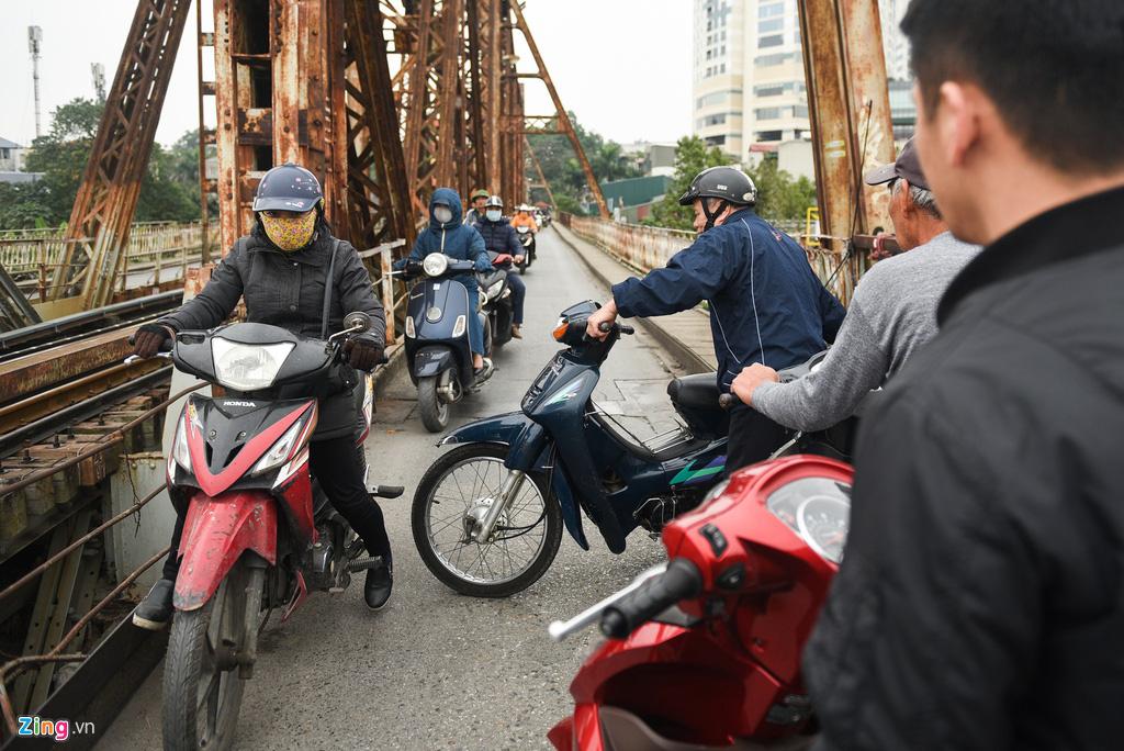 Cầu Long Biên ùn tắc ngày thả cá tiễn ông Táo - Ảnh 10.