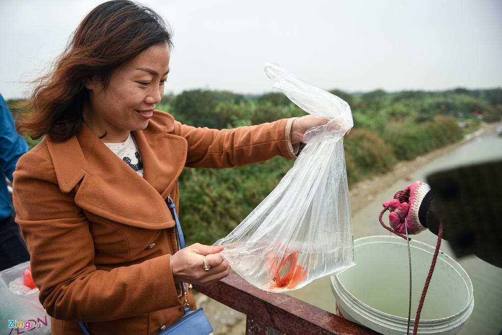 Cầu Long Biên ùn tắc ngày thả cá tiễn ông Táo - Ảnh 4.