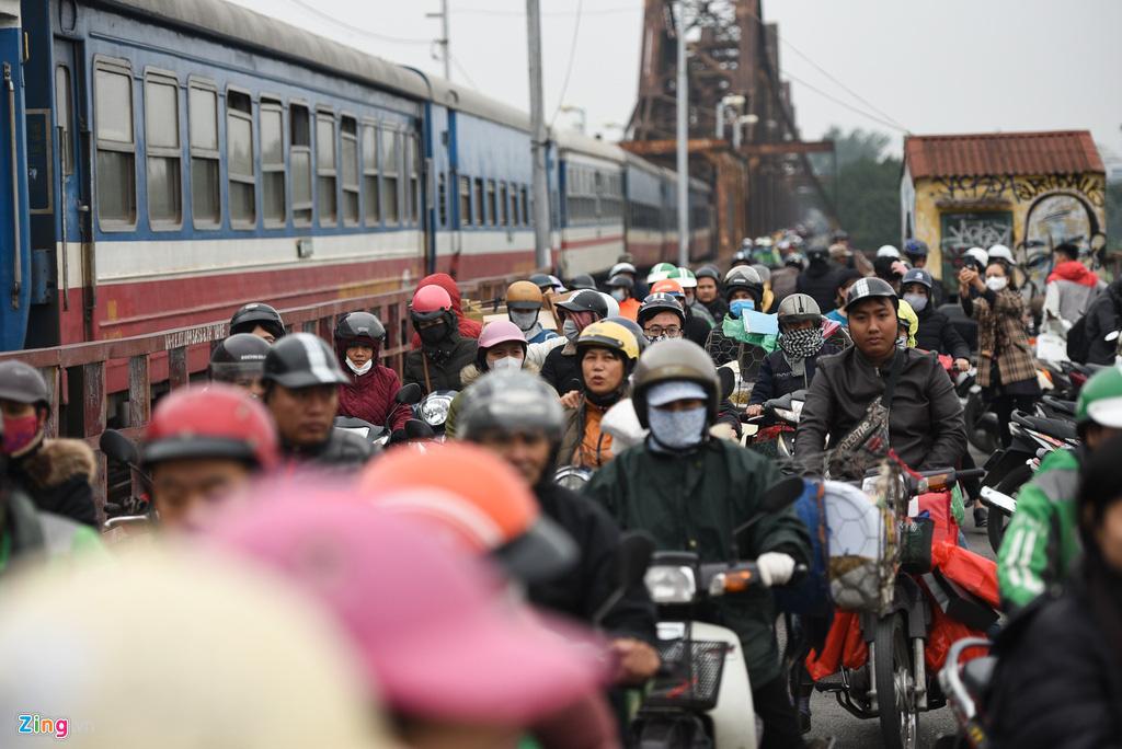 Cầu Long Biên ùn tắc ngày thả cá tiễn ông Táo - Ảnh 1.