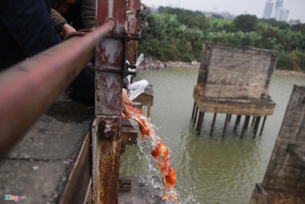 Cầu Long Biên ùn tắc ngày thả cá tiễn ông Táo - Ảnh 6.