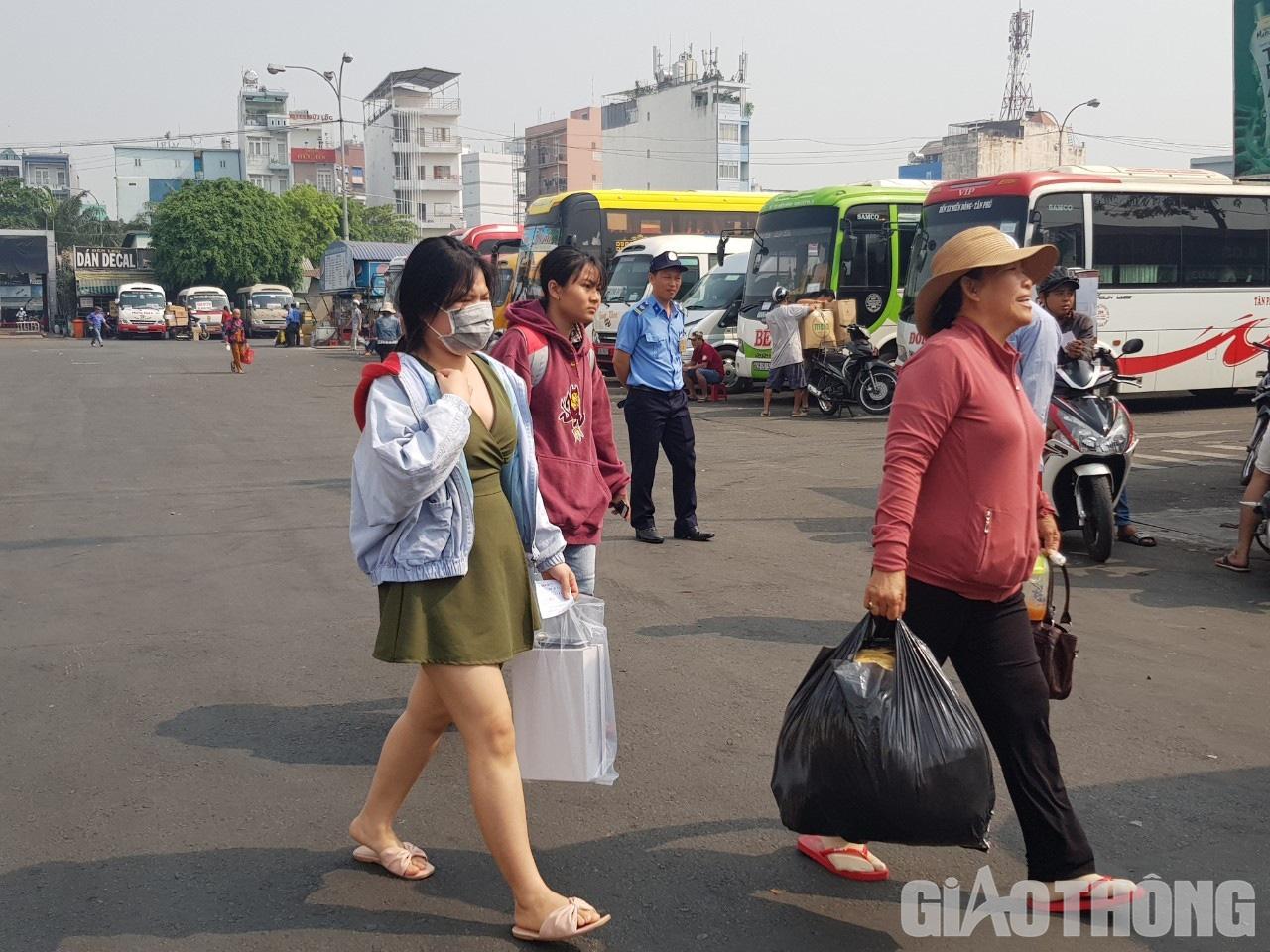 Hàng nghìn xe container ken chặt xe máy, cùng 'chôn chân' trên Xa lộ Hà Nội - Ảnh 11.