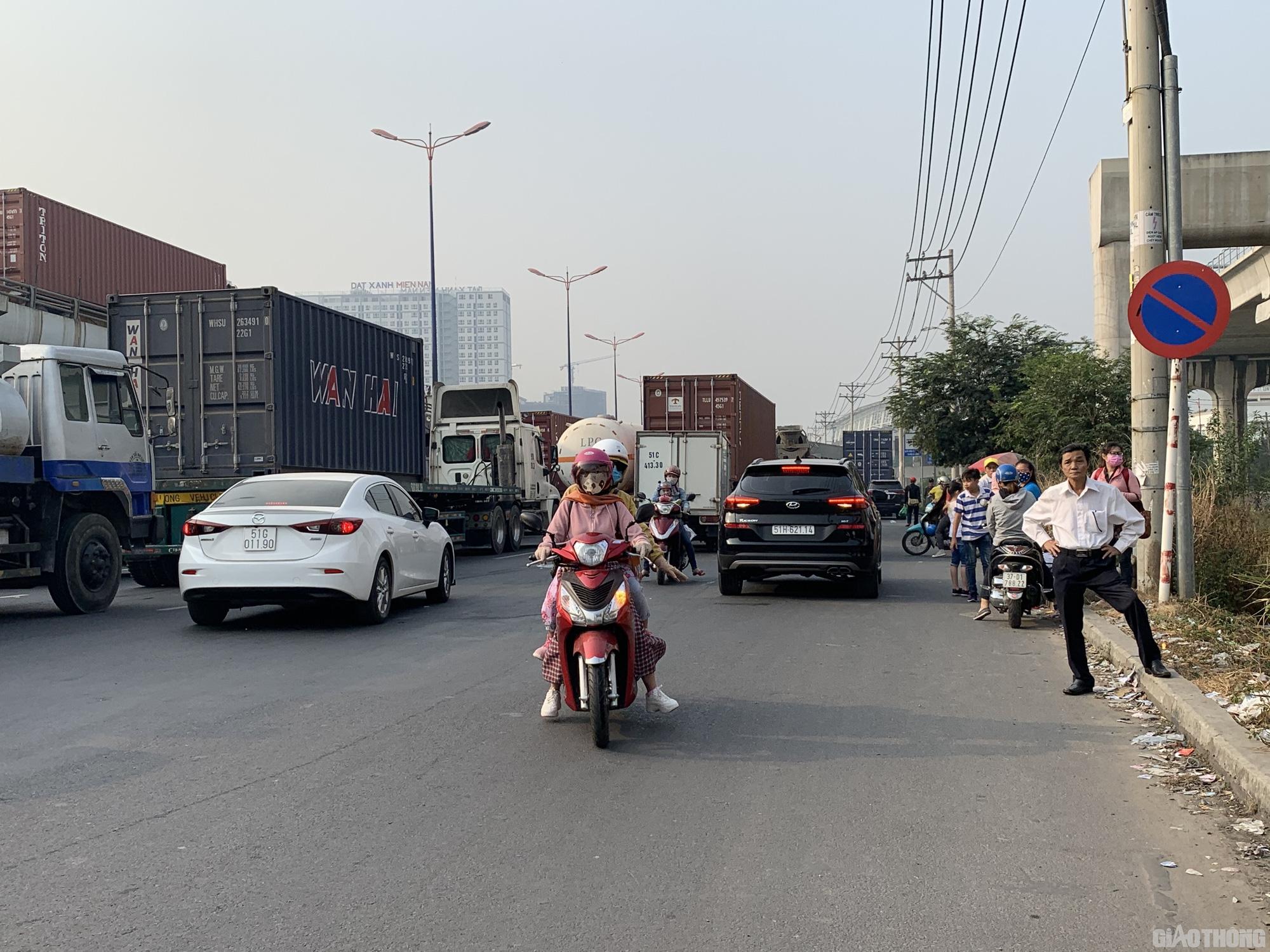 Hàng nghìn xe container ken chặt xe máy, cùng 'chôn chân' trên Xa lộ Hà Nội - Ảnh 5.