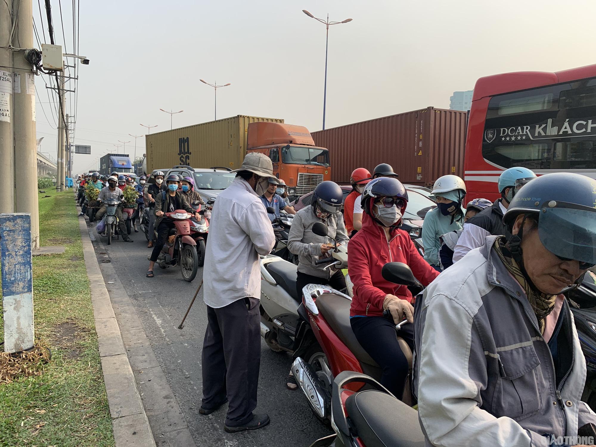 Hàng nghìn xe container ken chặt xe máy, cùng 'chôn chân' trên Xa lộ Hà Nội - Ảnh 1.