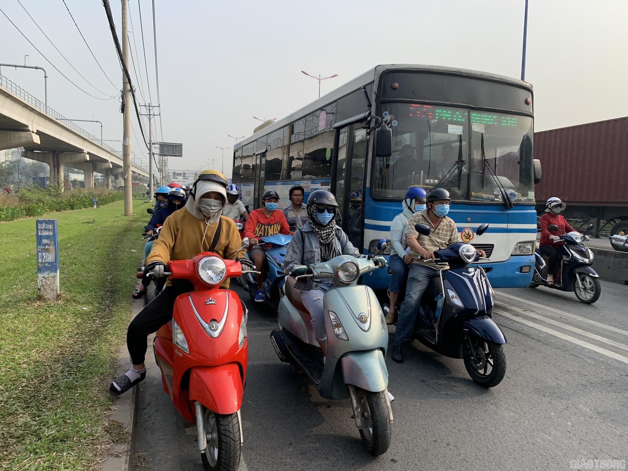 Hàng nghìn xe container ken chặt xe máy, cùng 'chôn chân' trên Xa lộ Hà Nội - Ảnh 2.