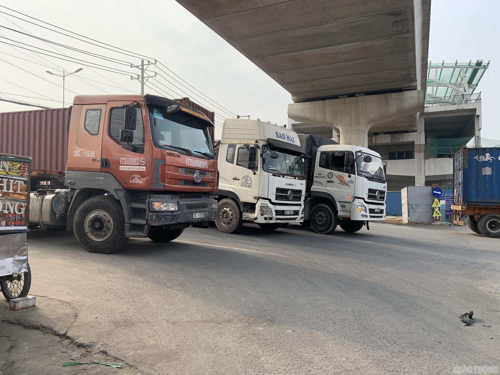 Hàng nghìn xe container ken chặt xe máy, cùng 'chôn chân' trên Xa lộ Hà Nội - Ảnh 10.