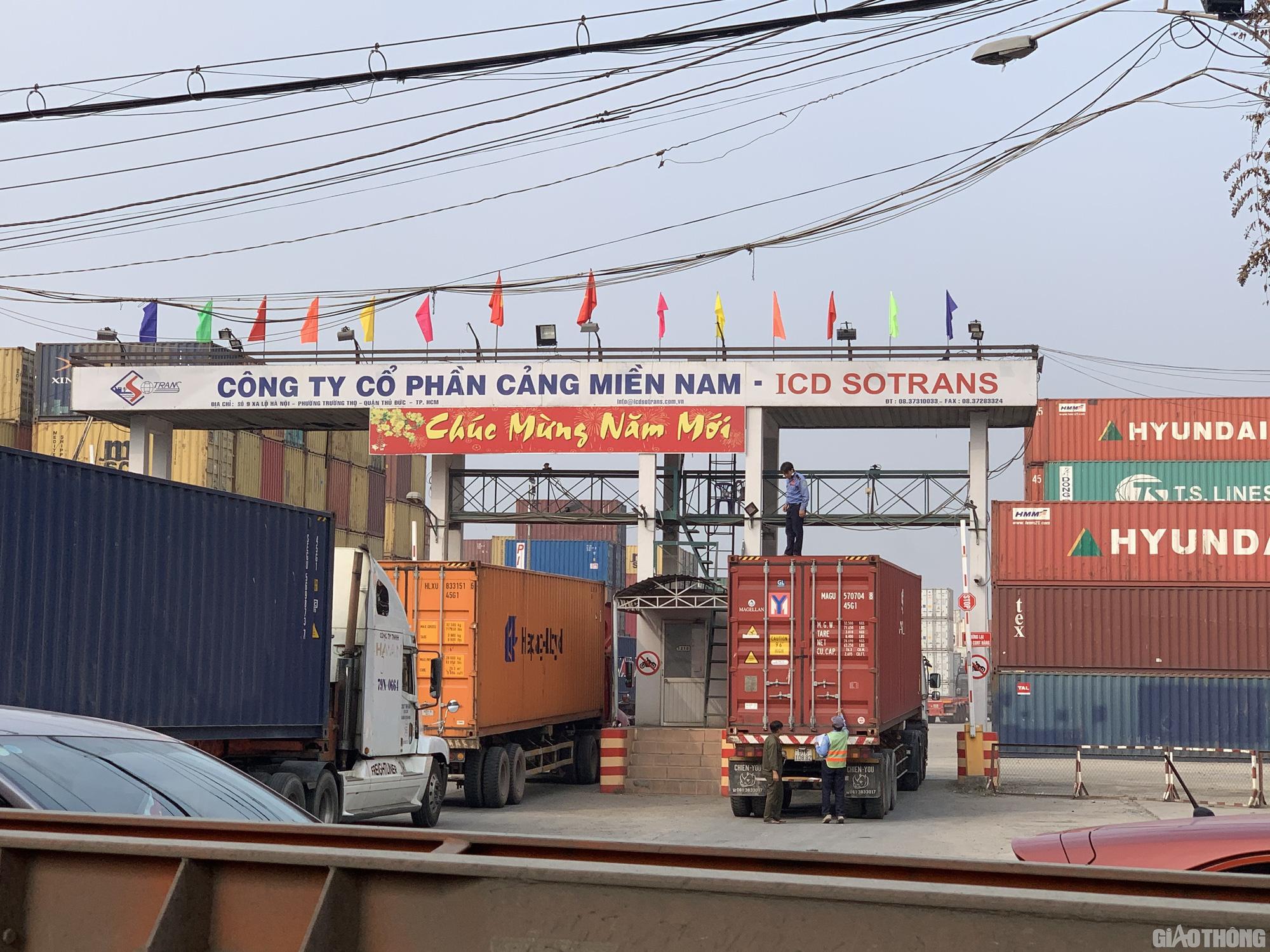 Hàng nghìn xe container ken chặt xe máy, cùng 'chôn chân' trên Xa lộ Hà Nội - Ảnh 9.