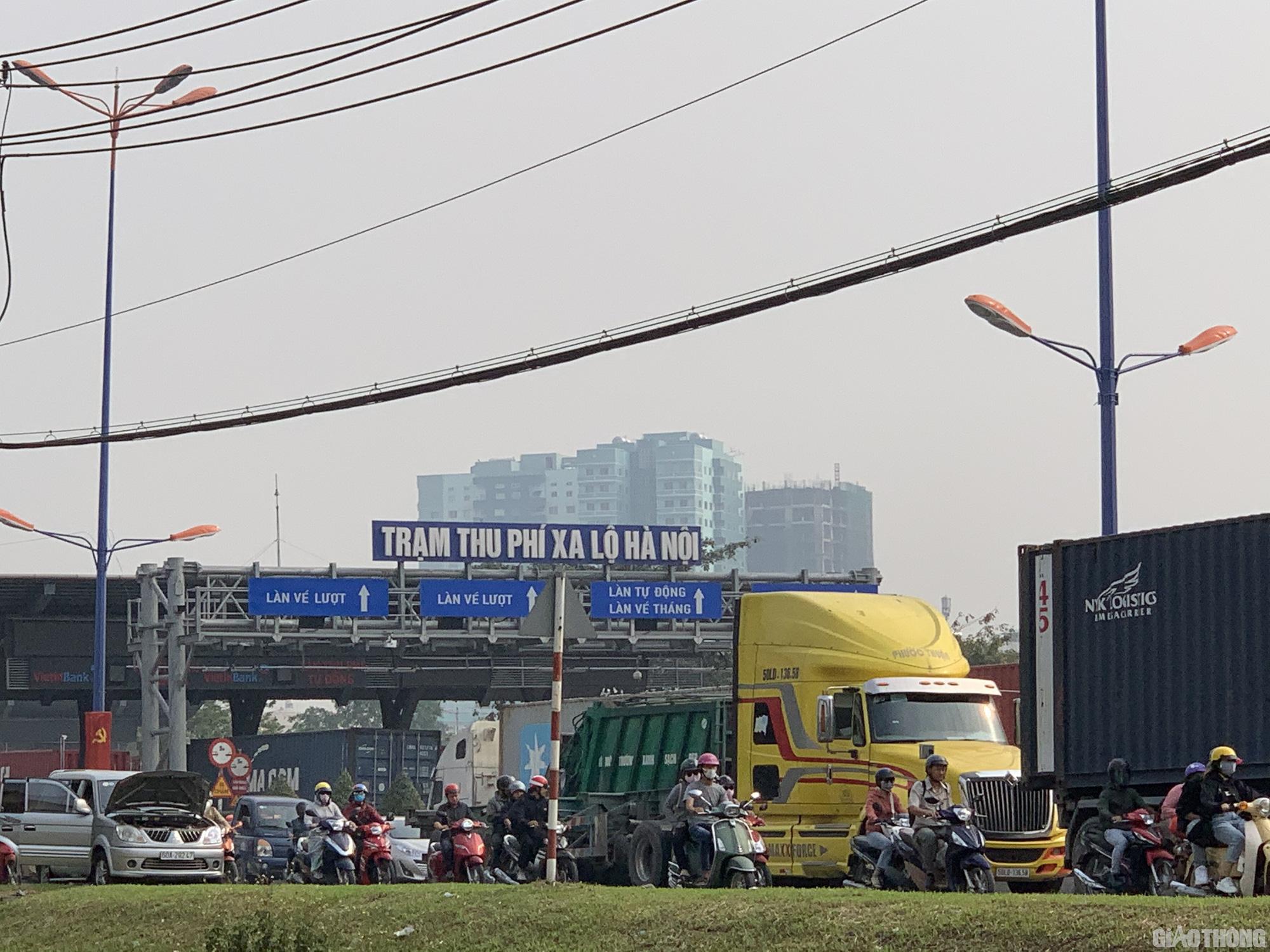 Hàng nghìn xe container ken chặt xe máy, cùng 'chôn chân' trên Xa lộ Hà Nội - Ảnh 6.