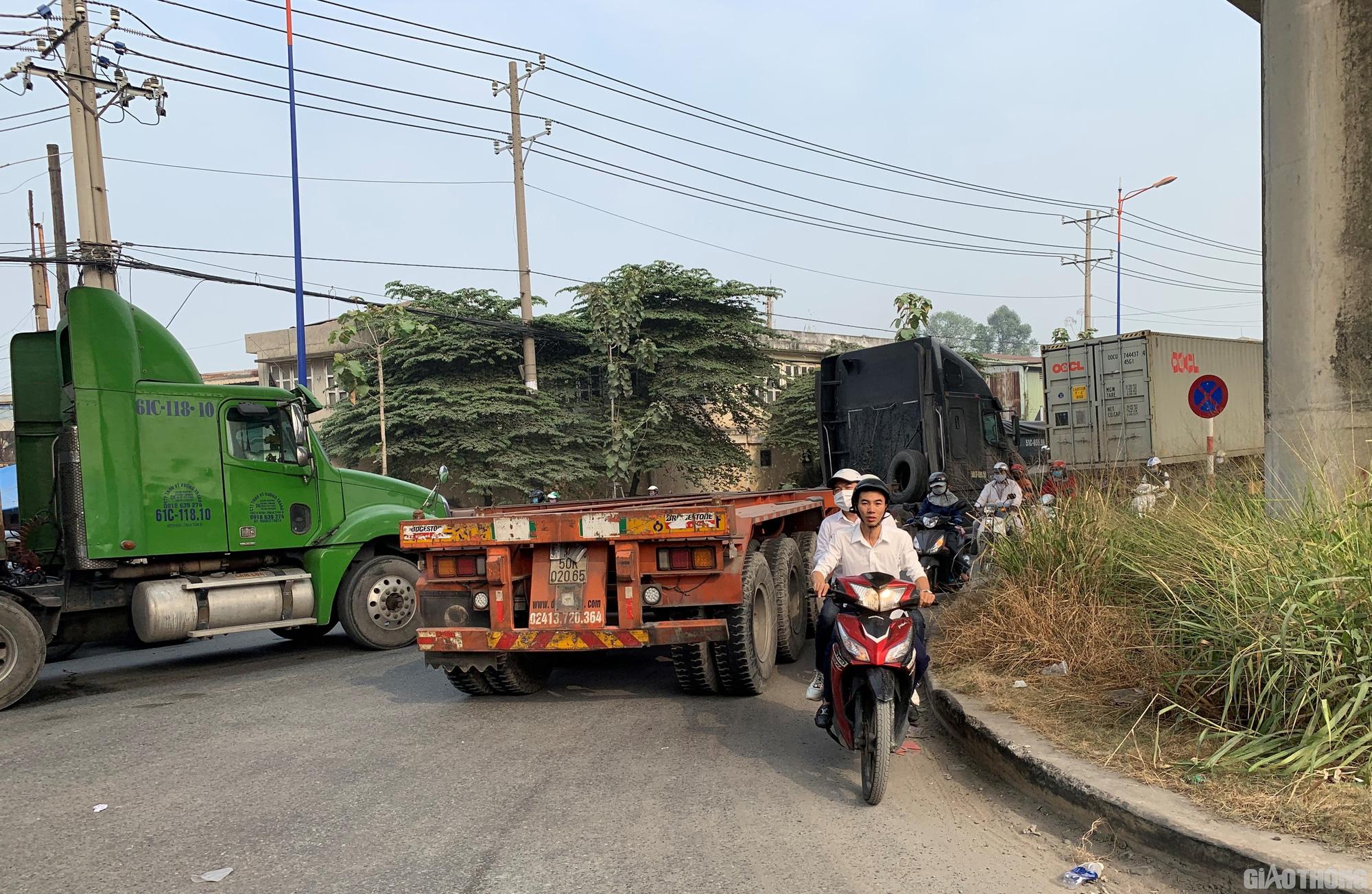 Hàng nghìn xe container ken chặt xe máy, cùng 'chôn chân' trên Xa lộ Hà Nội - Ảnh 8.