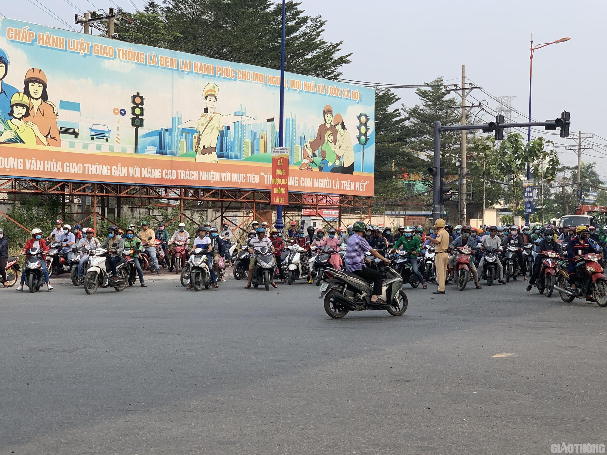 Hàng nghìn xe container ken chặt xe máy, cùng 'chôn chân' trên Xa lộ Hà Nội - Ảnh 7.