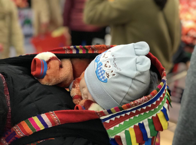 Biển người đổ đi sắm Tết, người lớn bơ phờ, trẻ con ngủ gật trên lưng mẹ chờ thanh toán - Ảnh 5.