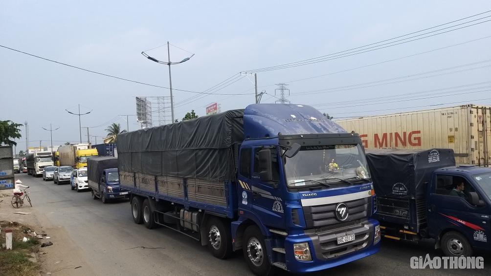 Cấm xe 3 trục, cầu Rạch Miễu vẫn kẹt xe kéo dài hơn 10km chiều 25 Tết - Ảnh 2.