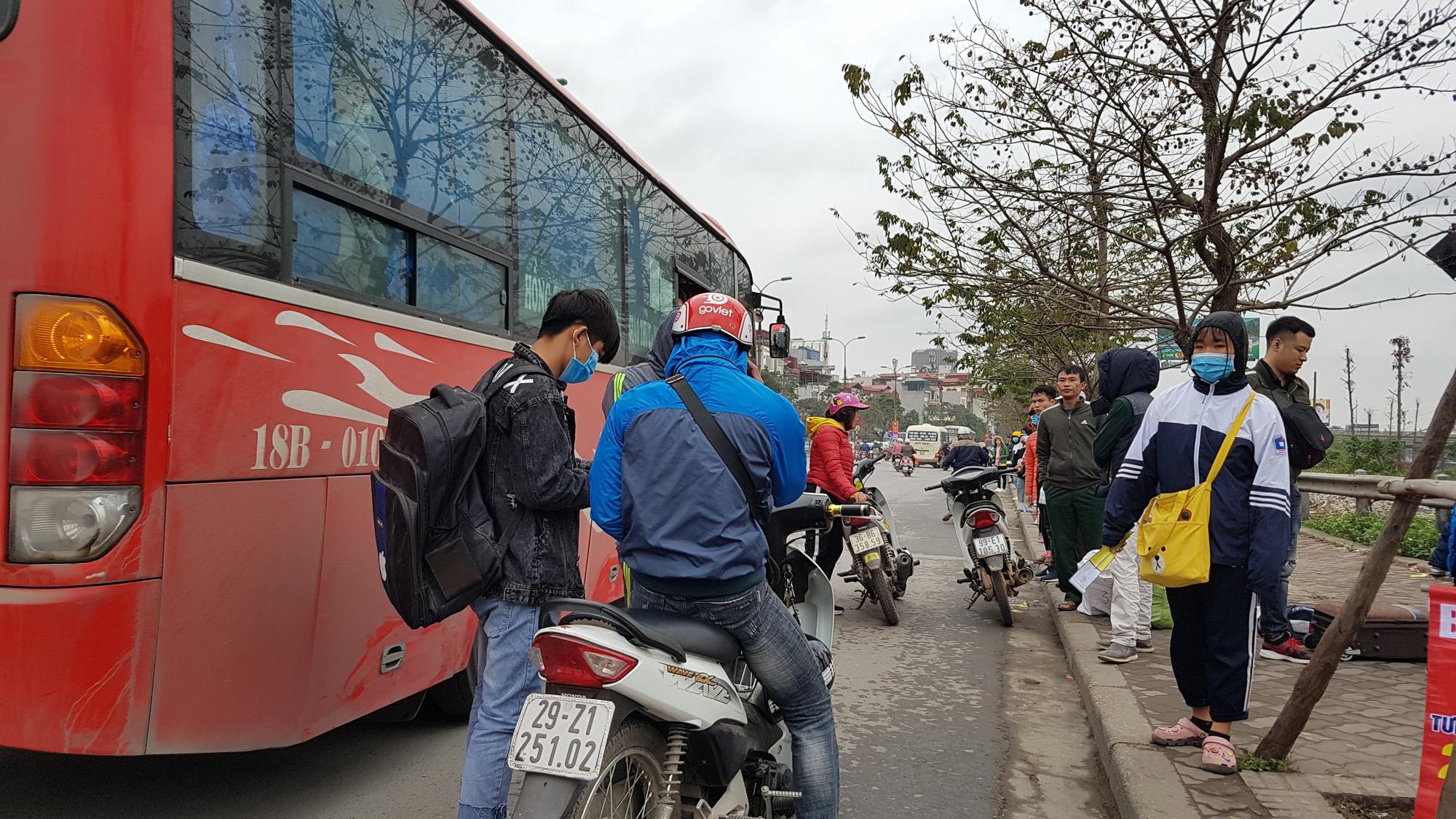 Cận Tết, 'xe dù' vô tư lộng hành, chèo kéo khách tại 'cửa ngõ' Thủ đô - Ảnh 2.