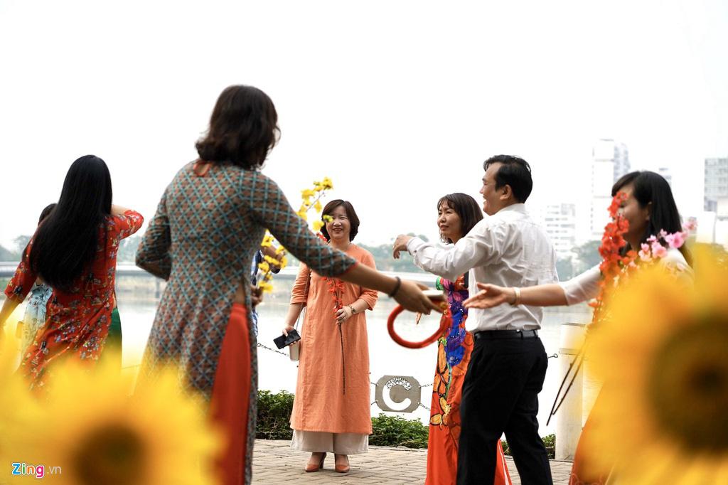 Đường hoa Phú Mỹ Hưng đông kín khách tham quan - Ảnh 2.