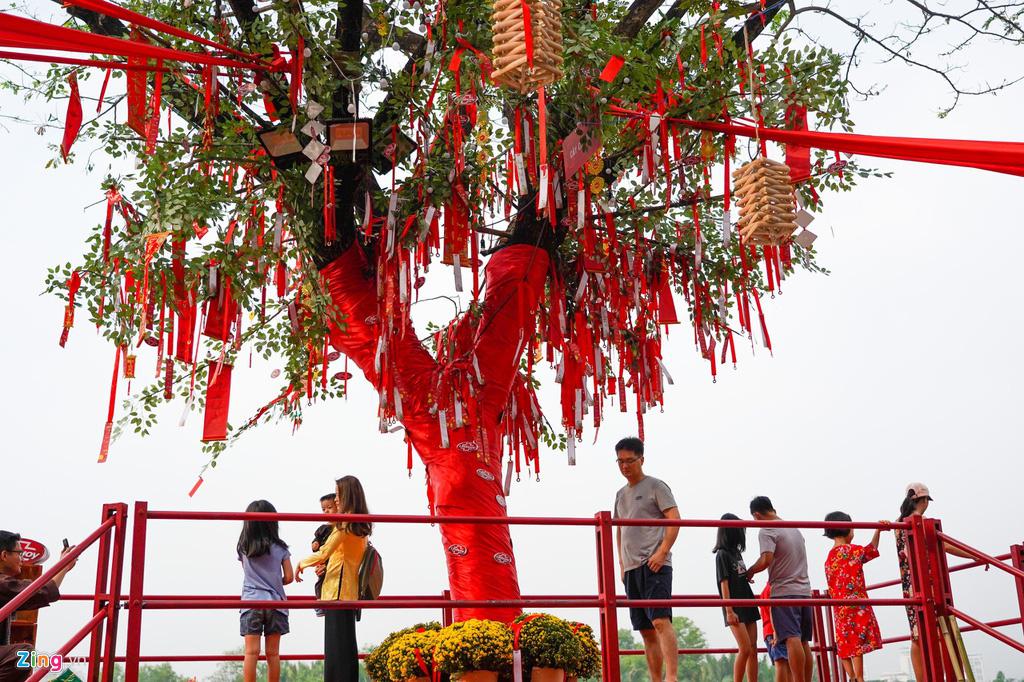 Đường hoa Phú Mỹ Hưng đông kín khách tham quan - Ảnh 3.