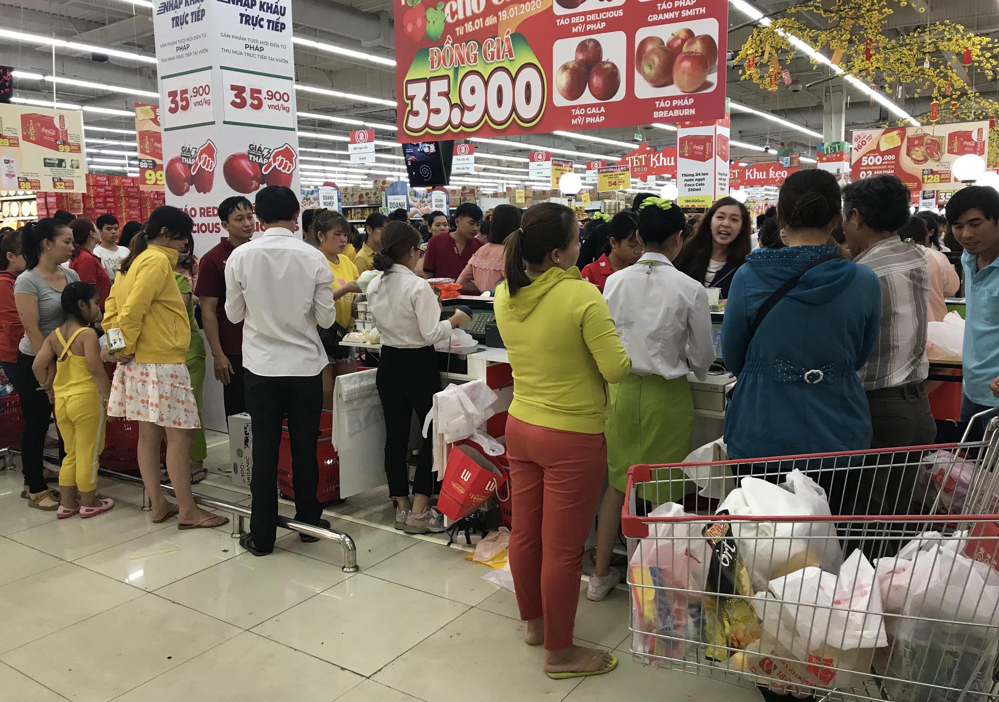 Người Sài Gòn vét sạch siêu thị trước Tết, người lớn xếp hàng chờ cả tiếng, trẻ con mệt mỏi vật vờ - Ảnh 15.