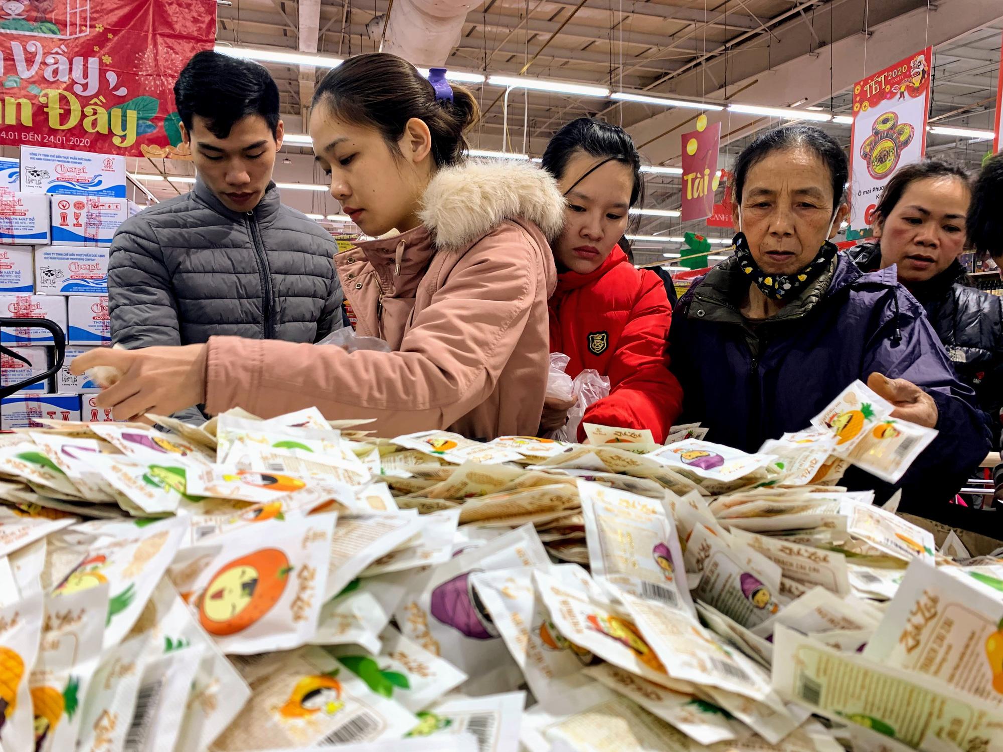 Siêu thị 'thất thủ', thu ngân mỏi tay đếm tiền trong mùa mua sắm cuối năm - Ảnh 11.