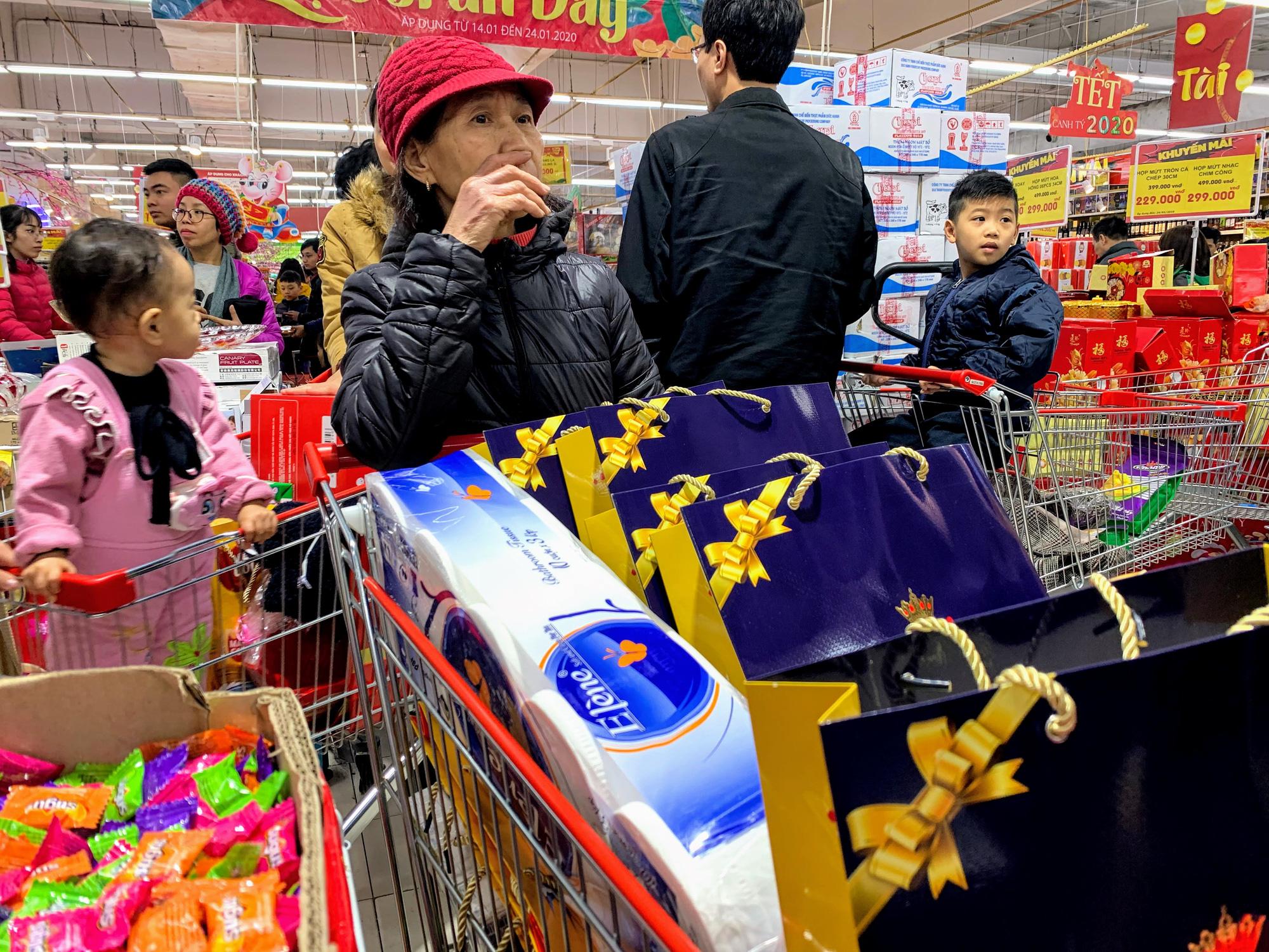 Siêu thị 'thất thủ', thu ngân mỏi tay đếm tiền trong mùa mua sắm cuối năm - Ảnh 24.