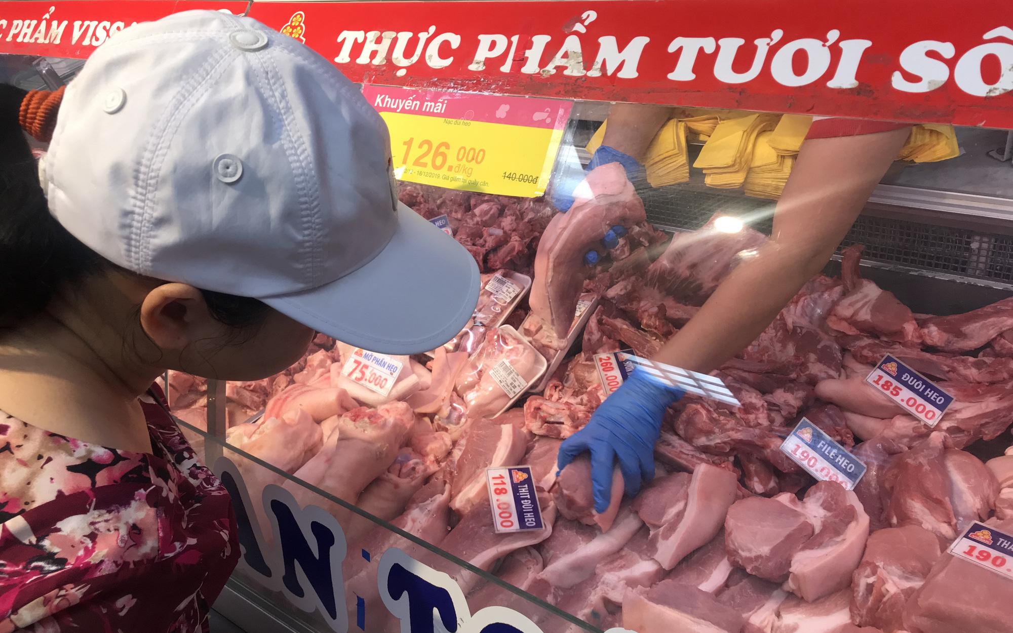 Khách chen chân mua sắm Tết, có siêu thị tuyên bố mở cửa luôn mùng 1, giảm giá thịt heo trong tuần này - Ảnh 3.