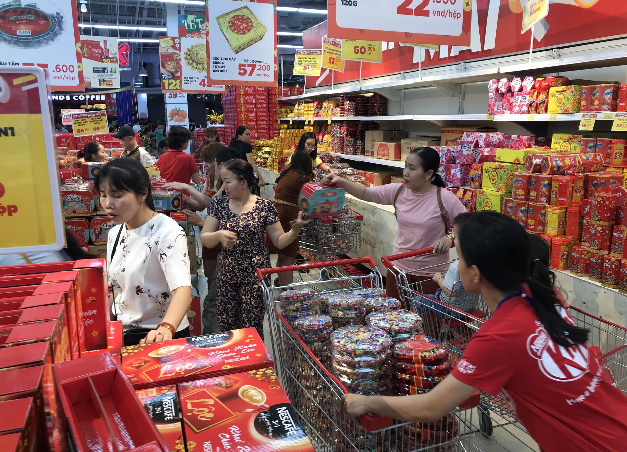 Người Sài Gòn vét sạch siêu thị trước Tết, người lớn xếp hàng chờ cả tiếng, trẻ con mệt mỏi vật vờ - Ảnh 11.