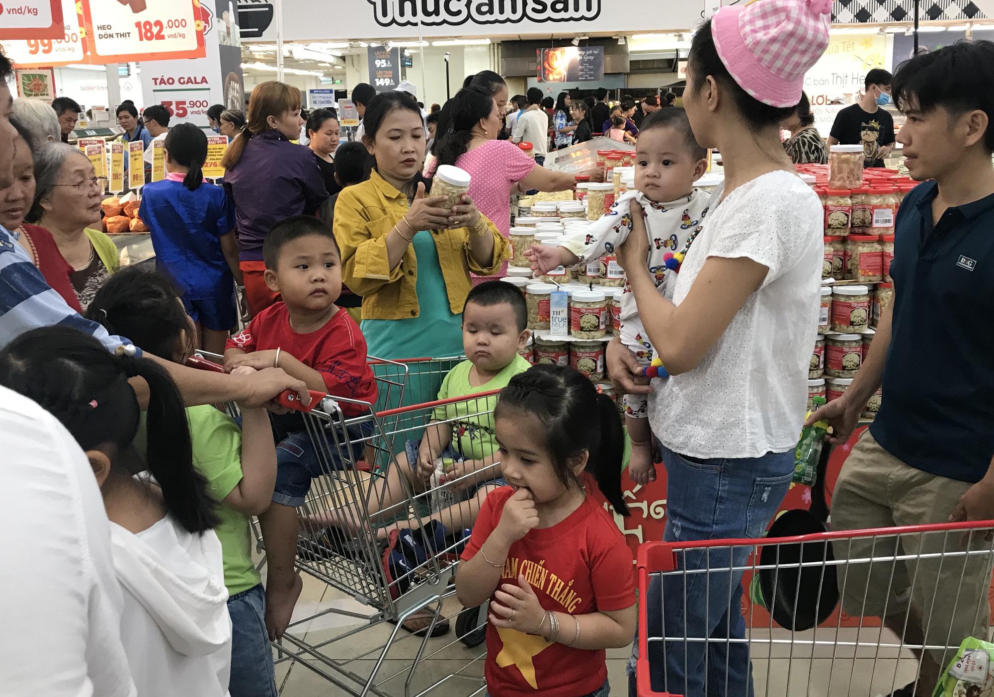 Người Sài Gòn vét sạch siêu thị trước Tết, người lớn xếp hàng chờ cả tiếng, trẻ con mệt mỏi vật vờ - Ảnh 3.