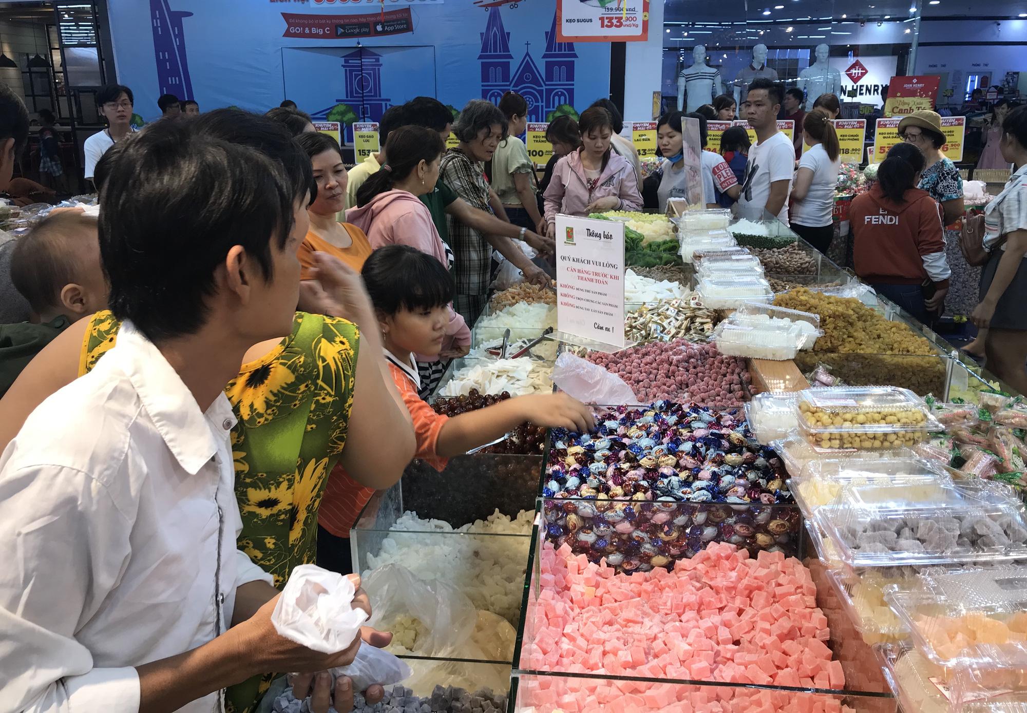Người Sài Gòn vét sạch siêu thị trước Tết, người lớn xếp hàng chờ cả tiếng, trẻ con mệt mỏi vật vờ - Ảnh 7.