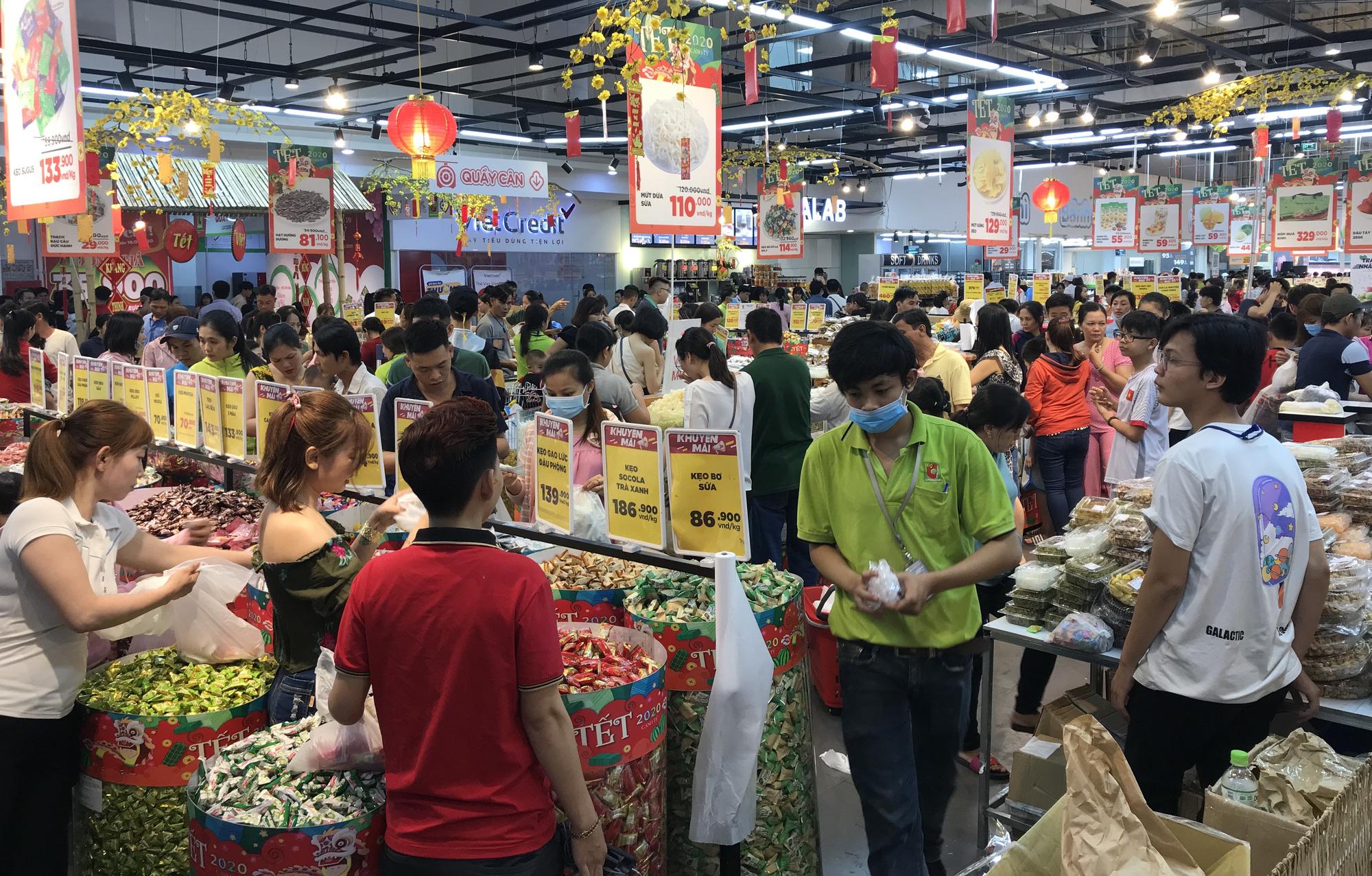 Người Sài Gòn vét sạch siêu thị trước Tết, người lớn xếp hàng chờ cả tiếng, trẻ con mệt mỏi vật vờ - Ảnh 6.