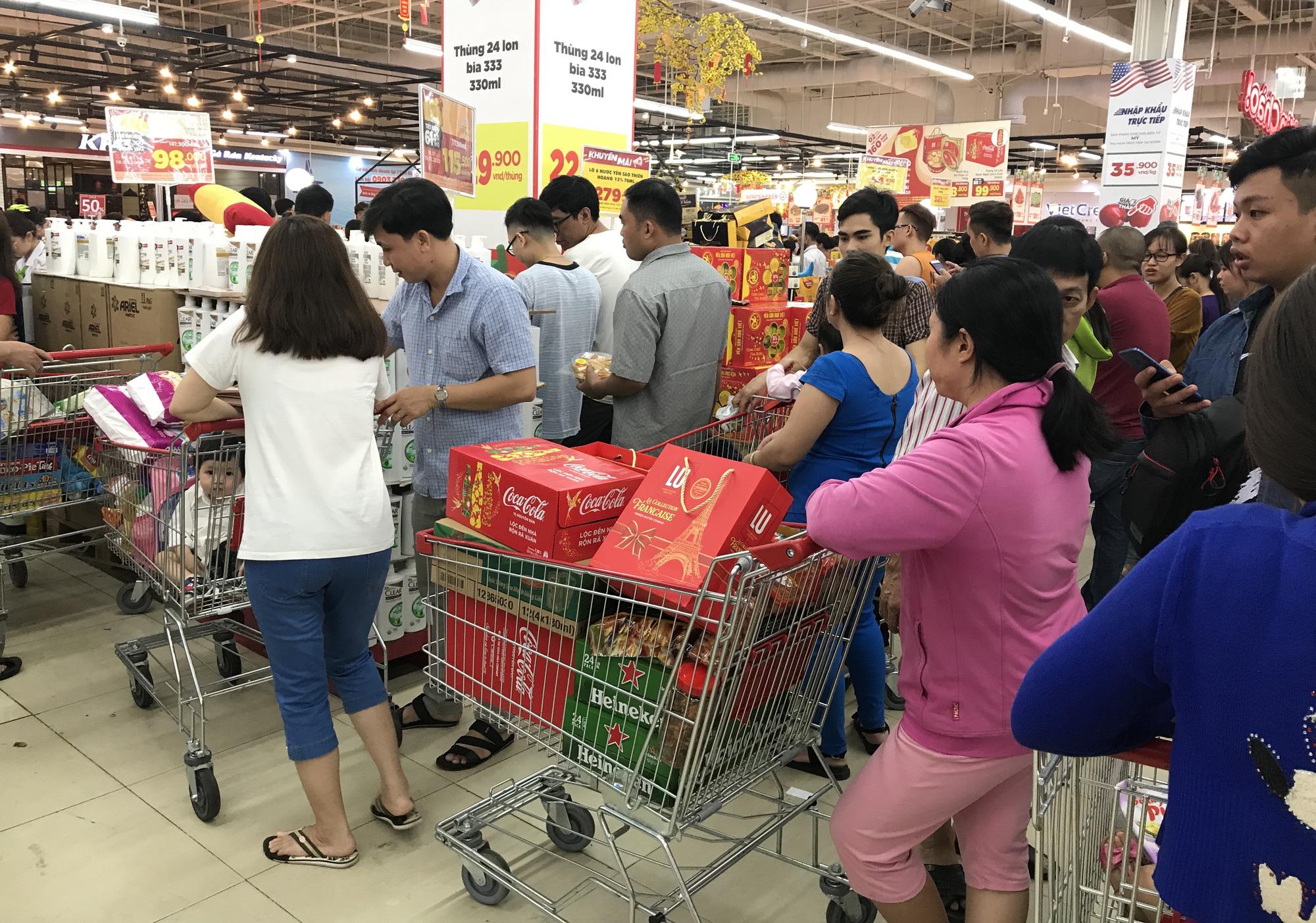 Người Sài Gòn vét sạch siêu thị trước Tết, người lớn xếp hàng chờ cả tiếng, trẻ con mệt mỏi vật vờ - Ảnh 13.