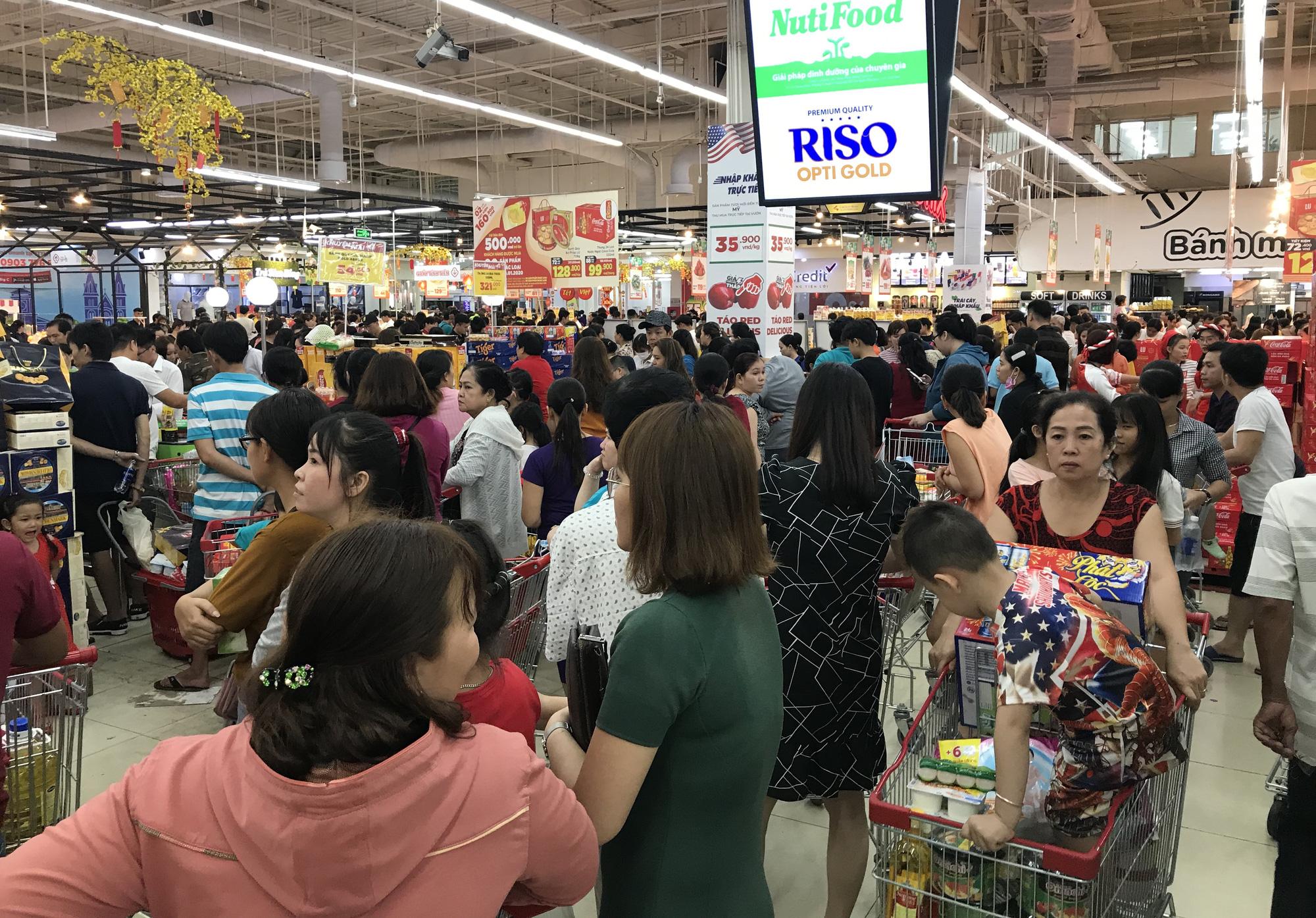 Người Sài Gòn vét sạch siêu thị trước Tết, người lớn xếp hàng chờ cả tiếng, trẻ con mệt mỏi vật vờ - Ảnh 16.