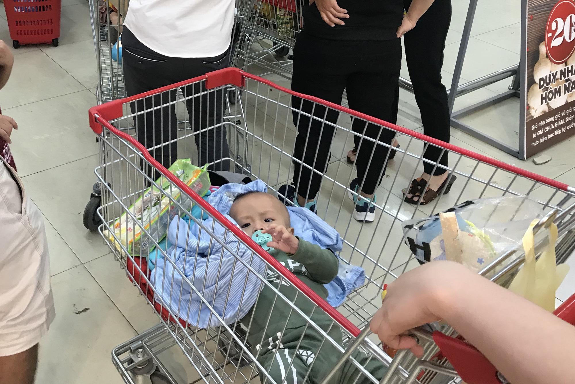 Người Sài Gòn vét sạch siêu thị trước Tết, người lớn xếp hàng chờ cả tiếng, trẻ con mệt mỏi vật vờ - Ảnh 5.