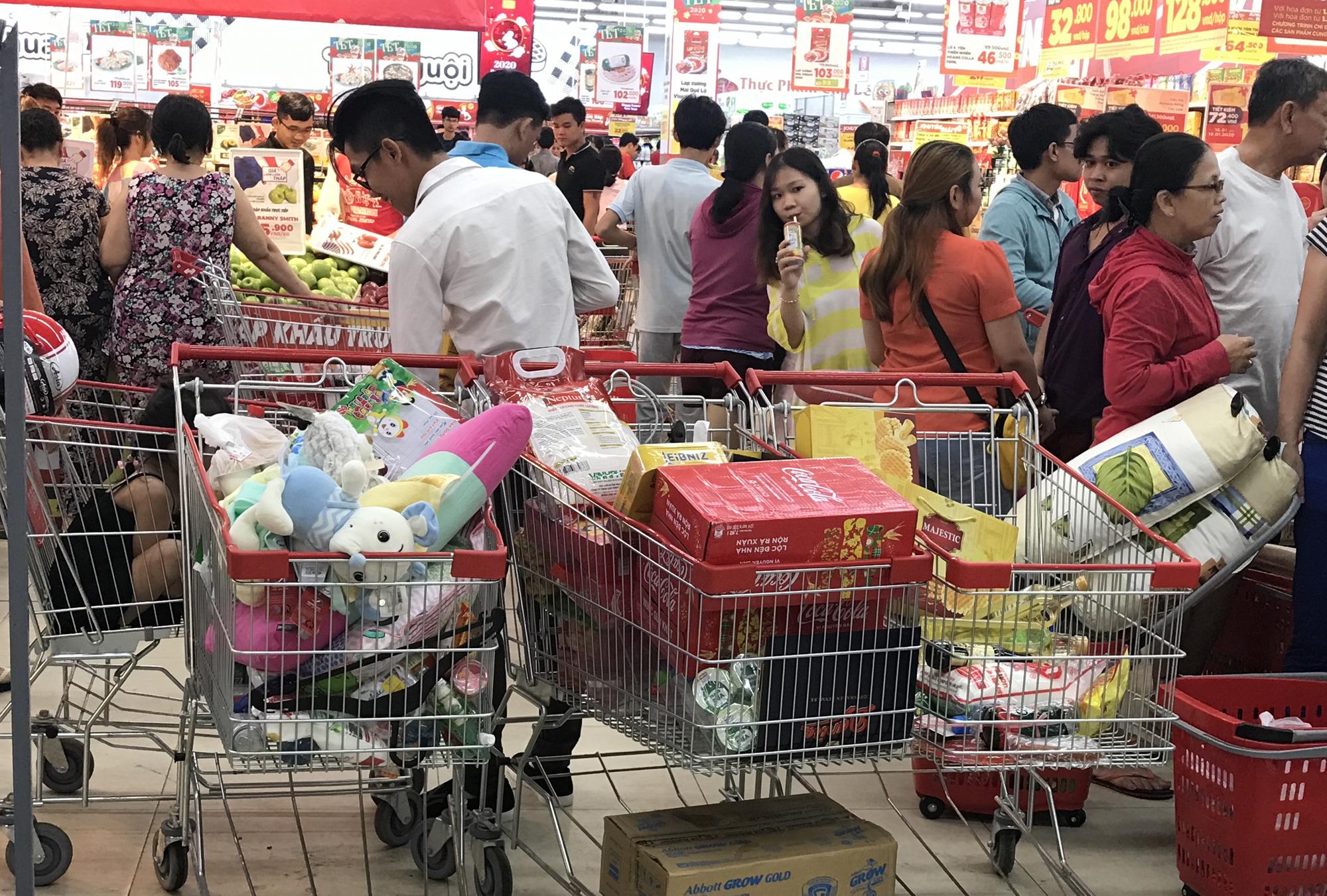 Người Sài Gòn vét sạch siêu thị trước Tết, người lớn xếp hàng chờ cả tiếng, trẻ con mệt mỏi vật vờ - Ảnh 14.