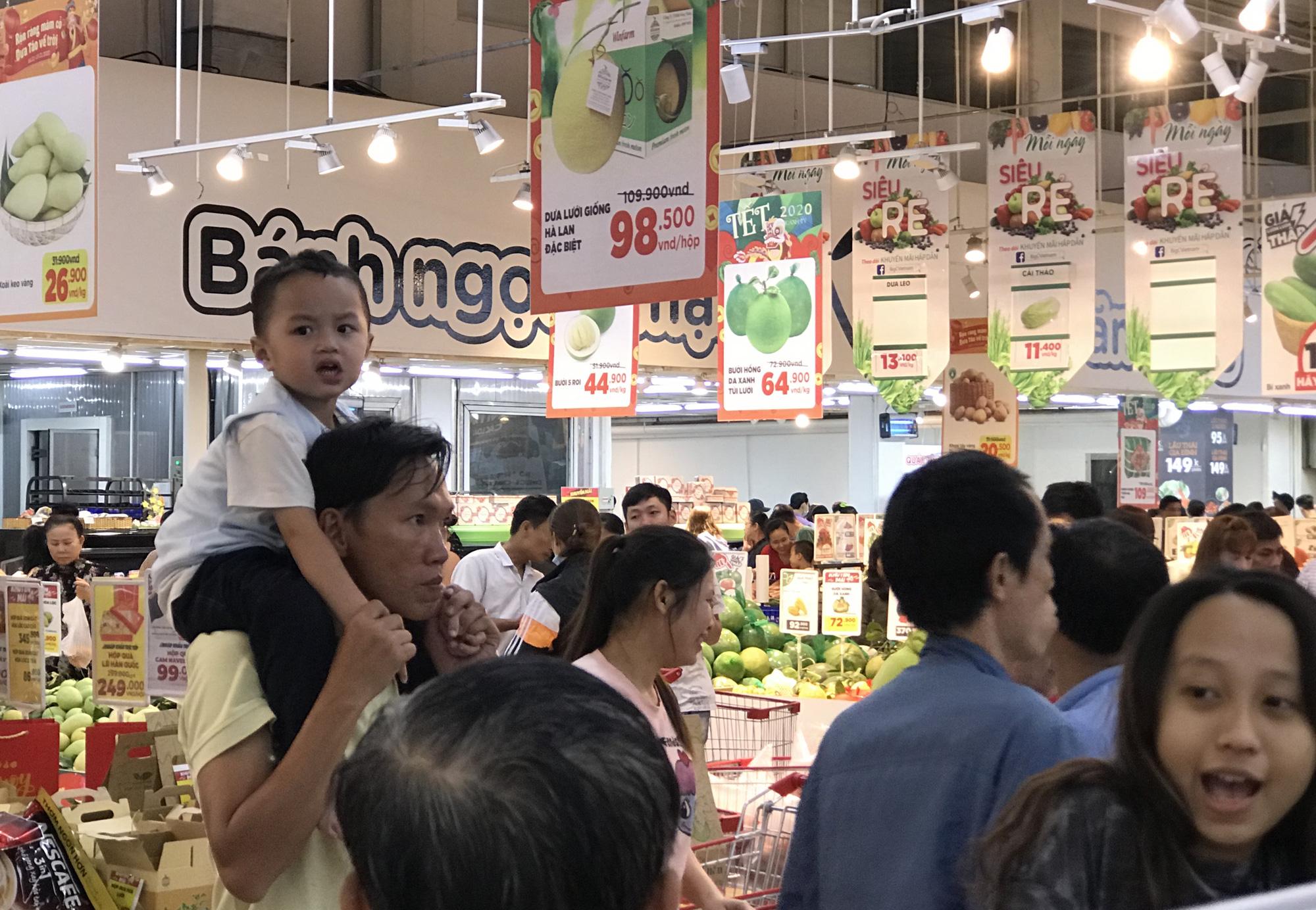 Người Sài Gòn vét sạch siêu thị trước Tết, người lớn xếp hàng chờ cả tiếng, trẻ con mệt mỏi vật vờ - Ảnh 4.