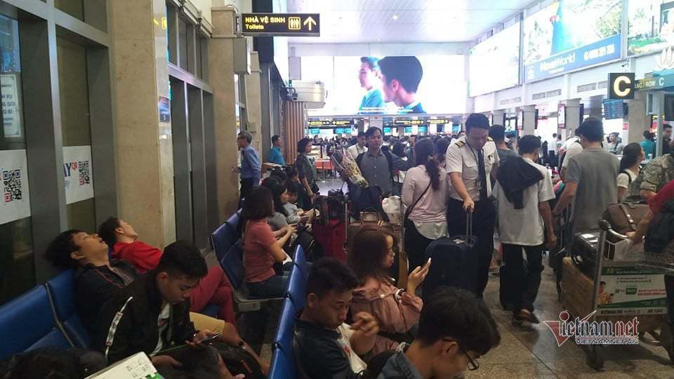 Máy bay 'tắc đường', trăm khách vạ vật ở Tân Sơn Nhất - Ảnh 2.