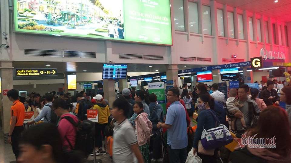 Máy bay 'tắc đường', trăm khách vạ vật ở Tân Sơn Nhất - Ảnh 1.